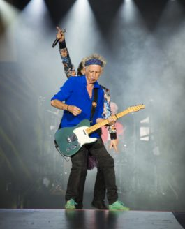 ROLLING-STONE Magazine | Keith Richards pose la bouteille